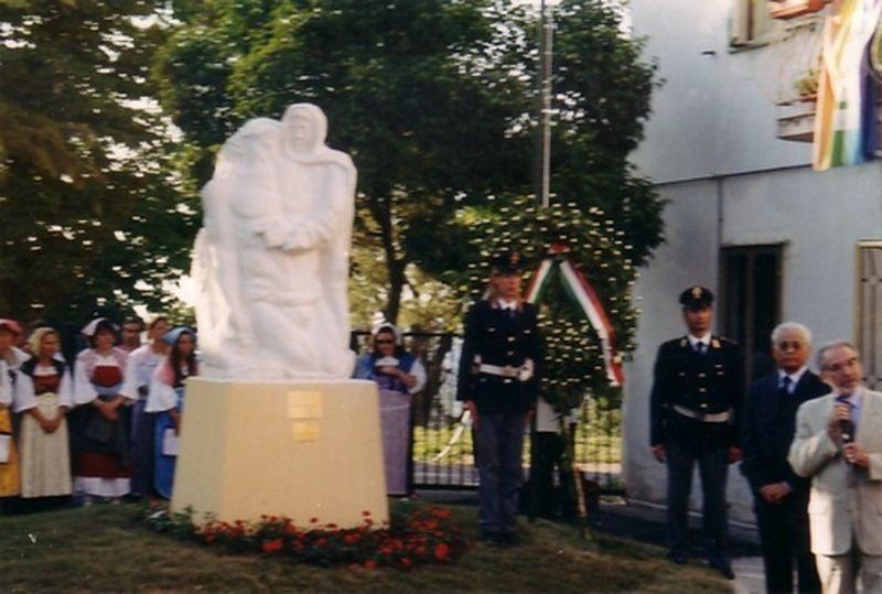 2003-Col prefetto di Chieti, Vaccaro, ad ARI (CH), paese della memoria, per scoprimento scultura per Giovanni Palatucci