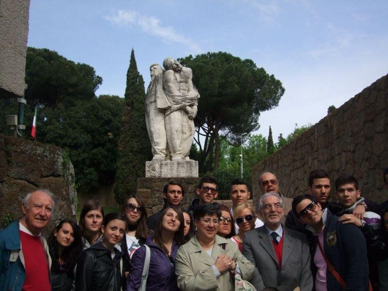 Studenti e Professori sotto la statua